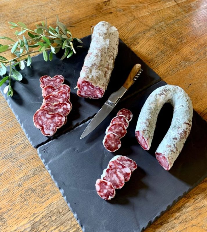 Salaisons artisanales d'Ardèche Le Petit Breziat. Saucisson, saucisse sèche, Bridé, Jésus, proposez un plateau de charcuteries de terroir authentiques.